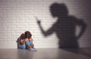 Enfant qui subit la colère de sa mère. Climat de peur et d'insécurité affective.