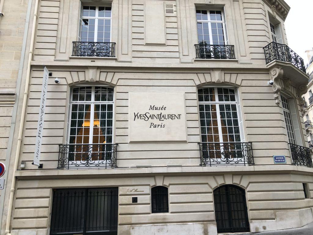Musée Yves Saint Laurent, 5 avenue Marceau. Se situe à l'angle de la rue Léonce Reynaud (75116)
