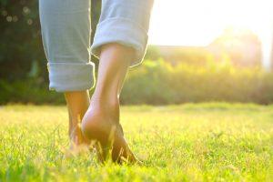 Profiter pleinement de l'instant présent en marchant pieds nus dans l'herbe