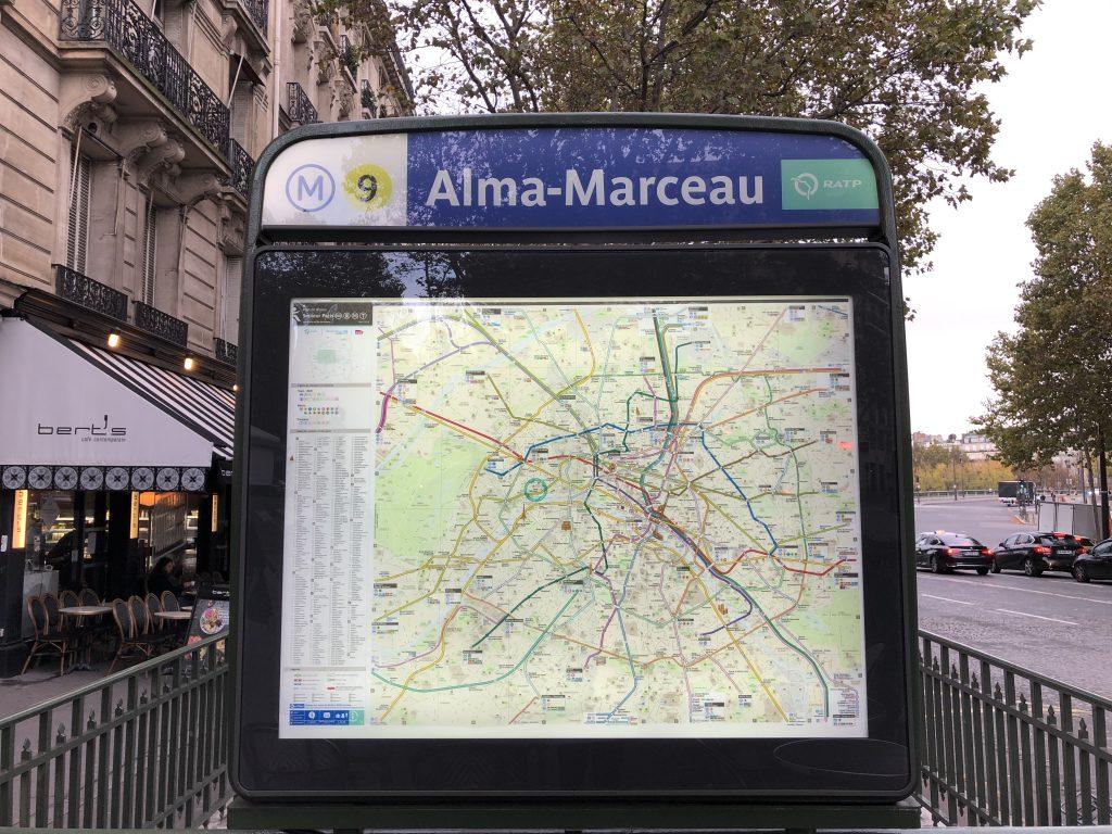 La station Alma-Marceau de la ligne 9. Se situe au niveau de la place de l'Alma.